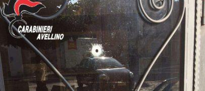 Colpi di pistola contro la vetrina di un bar, notte di paura a Prata