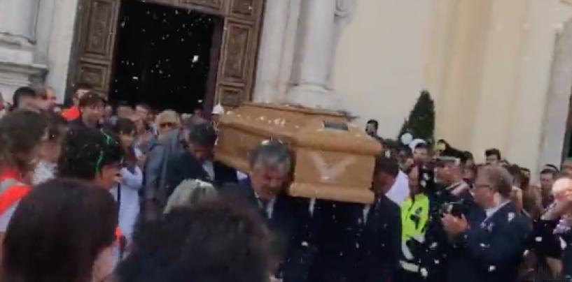 """""""Riposa in pace cinè"""", bagno di folla a Solofra per l'ultimo saluto a Francesco"""