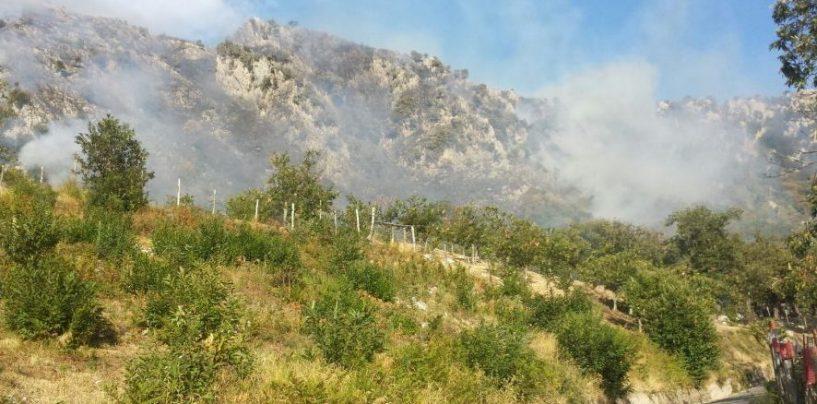 Incendi, brucia la Valle Caudina: in azione elicottero e due canadair