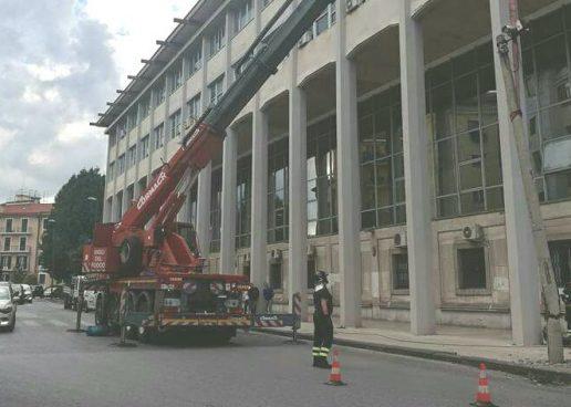 FOTO/ I Vigili del Fuoco rimuovono il palo pericolante davanti al tribunale grazie ad Irpinianews