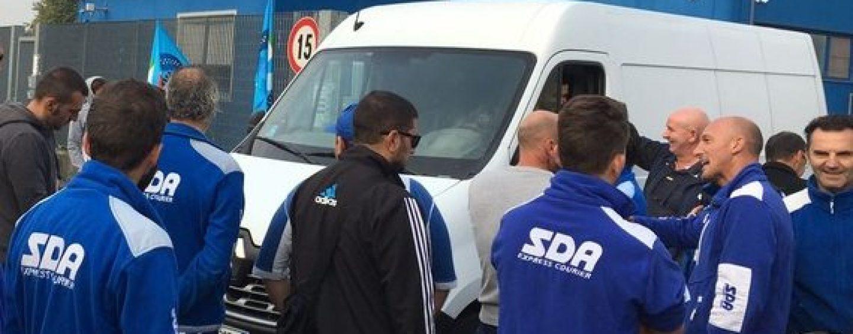 Corrieri Sda in sciopero: 70mila pacchi bloccati, problemi anche per Amazon