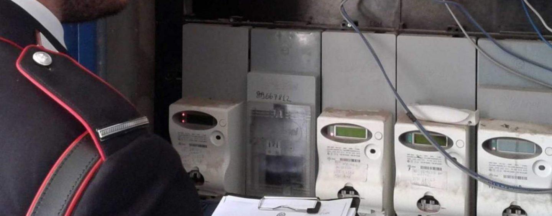 Ruba energia elettrica per risparmiare sulla bolletta, scoperto dai Carabinieri