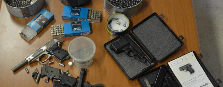 Armi clandestine e poligono di tiro nascosti in casa, nei guai pregiudicato