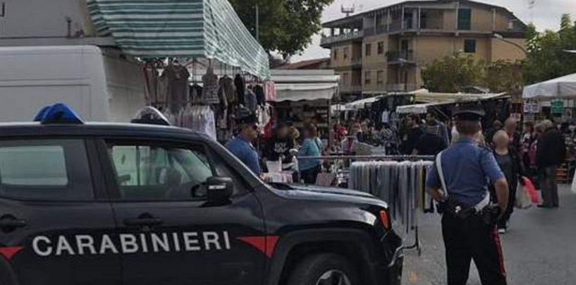 Blitz dell'Arma al mercato settimanale: nei guai tre ambulanti