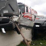 Grave incidente: auto in bilico sul parapetto, due i feriti