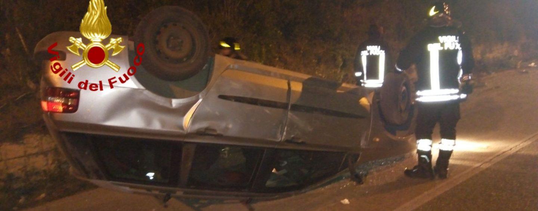 Sbanda con l'auto e si ribalta, un ferito trasportato al Moscati
