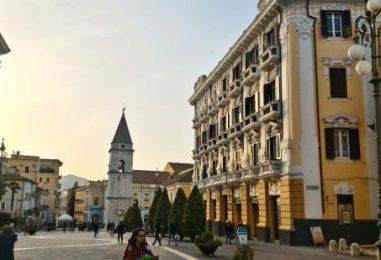 FOTO/ Natale a Benevento: c'è già l'albero in centro