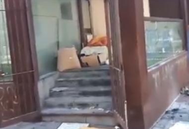 VIDEO/ Ci vuole Costanza: incendiata la casa in vetro di piazza Kennedy, le immagini all'interno