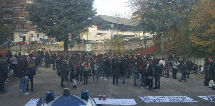 """Gli studenti del Mancini in protesta davanti al Provveditorato, Grano: """"Si riprendano le lezioni"""""""