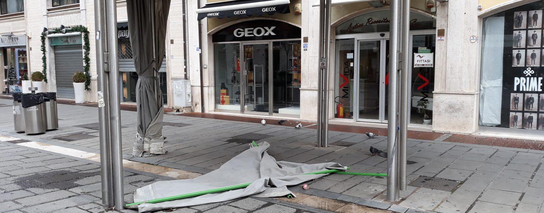 Addio gazebo, il Corso si libera delle docce: domani via la prima struttura