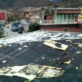 Divelto il tetto di una scuola dal forte vento, paura a Montella