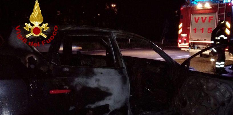 Auto in fiamme sulla Av-Sa: un ferito