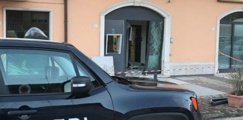 Grottaminarda, sfondano la vetrata della banca e rubano cassaforte: ladri in fuga
