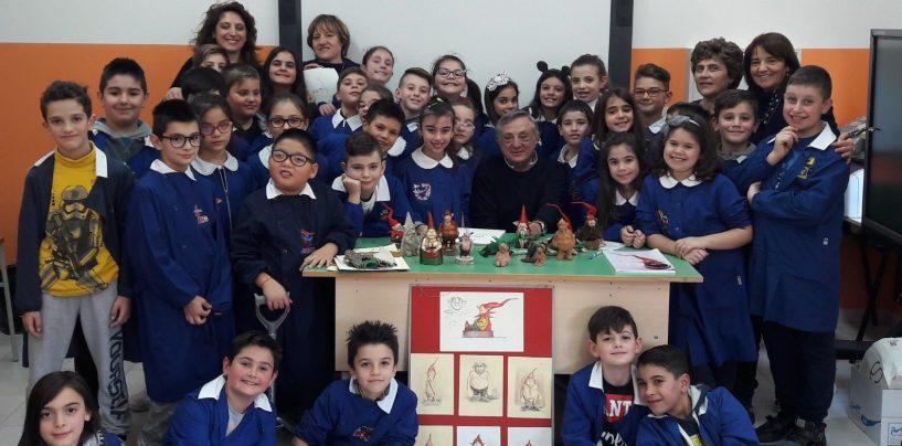 """FOTO/ Antonio Russolillo, inventore e produttore degli """"Scazzamarielli Arianesi"""", intervistato dai bambini a scuola"""