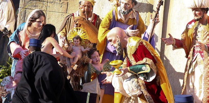 """""""Dio è donna"""", Femen in Vaticano per rubare il bambinello dal presepe irpino"""