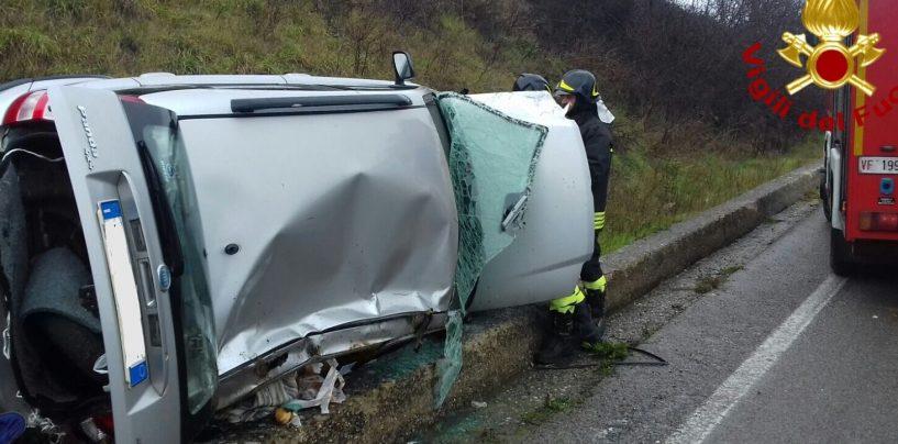 Sbanda e si ribalta con l'auto, anziano salvato dai caschi rossi