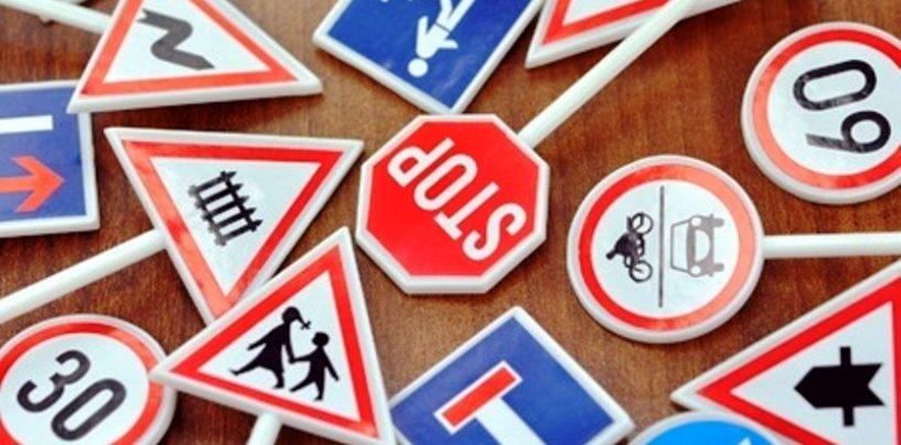 Non resistono alla tentazione e rubano segnali stradali, nei guai tre operai