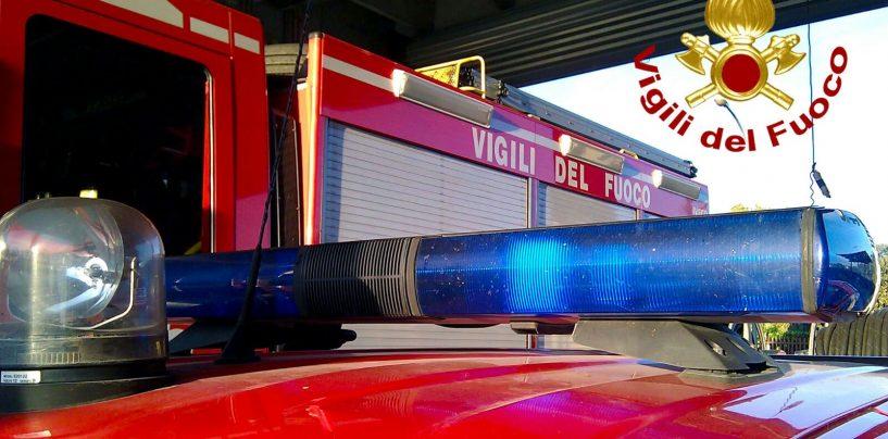 Incendio in una falegnameria a Mirabella, i caschi rossi spengono le fiamme