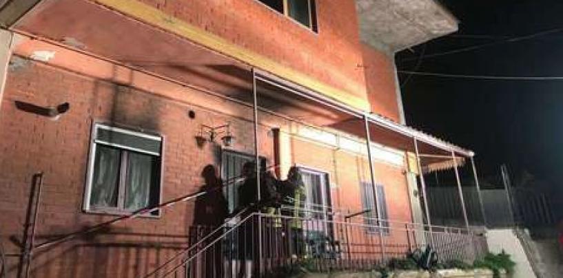 A fuoco un palazzo, mamma e figli salvati dai caschi rossi