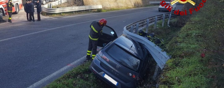 Auto contro guardrail, padre e figlio in ospedale