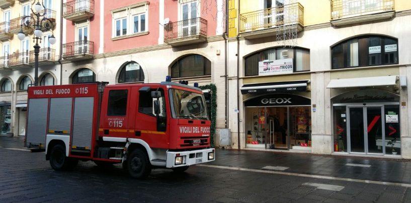 Pompieri in azione a Corso Vittorio Emanuele, brucia un box