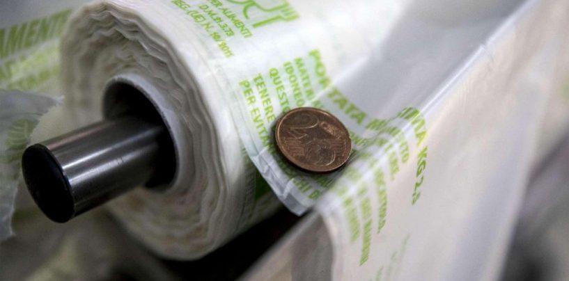 Sacchetti a pagamento, è guerra aperta: il Codacons lancia campagna contro abusi