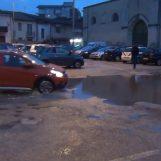 VIDEO/ Ci vuole Costanza, mega pozzanghere in Piazza Sparavigna ad Atripalda
