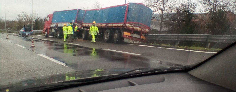 Camion fuori strada, momenti di paura sull'A16