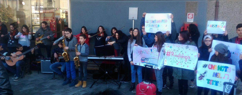 """Un flash mob per Borgo Ferrovia, i bambini: """"Salviamo la scuola"""""""