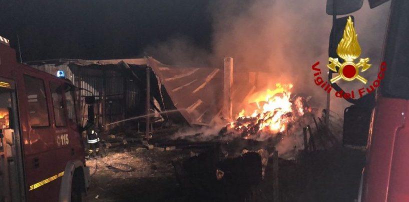 Brucia un deposito agricolo, notte di fiamme in Valle Ufìta