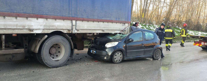 Auto finisce sotto un camion a Pianodardine, a fuoco l'abitacolo
