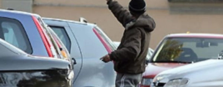 """Caccia ai parcheggiatori abusivi: scatta il """"Daspo urbano"""" per un uomo"""