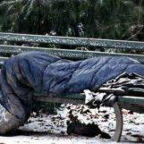 Napoli chiude le scuole e apre le metro per i senzatetto