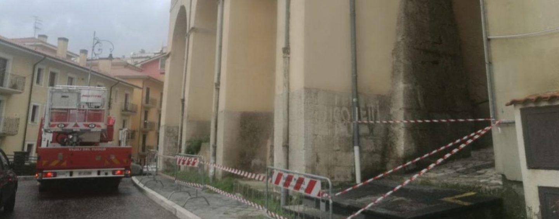 Tegole pericolanti dalla Chiesa di Costantinopoli, pericolo nel centro storico