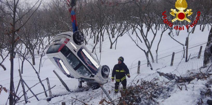FOTO/ Neve, auto fuori strada: illeso conducente