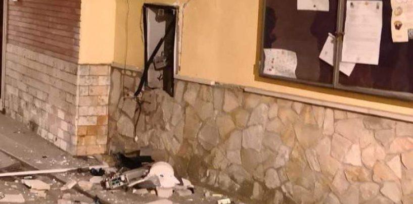 Boato nella notte: malviventi fanno esplodere il bancomat