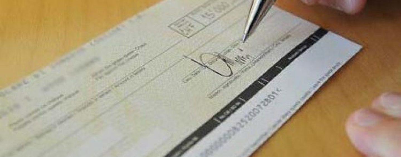 Altera i dati e incassa un assegno: denunciata 37enne