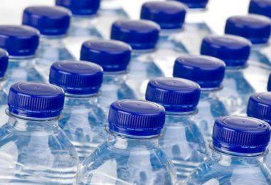 Trovate microplastiche nell'acqua minerale, contaminate le marche più vendute al mondo