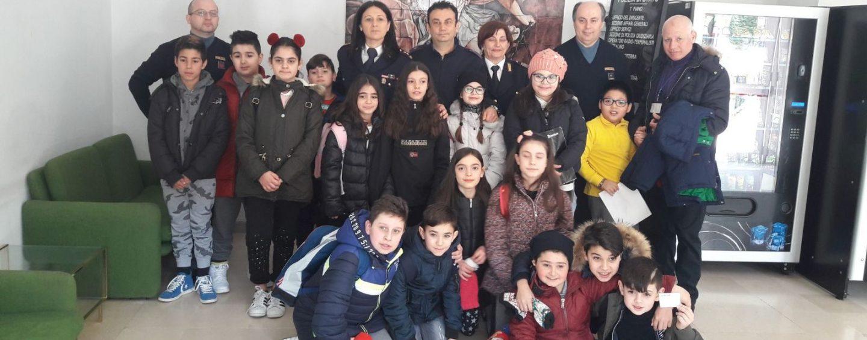 """Sicurezza in bici, gli alunni del """"Giulio Lusi"""" visitano il Commissariato di Ariano"""