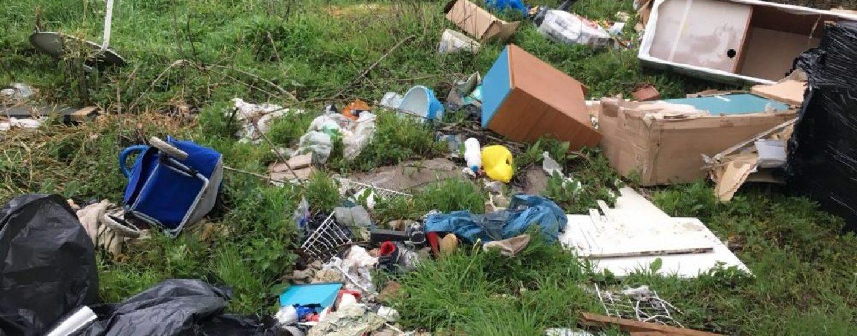 Pratola Serra, rifiuti abbandonati nell'area dell'ex Cartiera