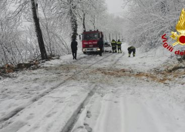 FOTOGALLERY/ Neve in Irpinia: superlavori per i caschi rossi