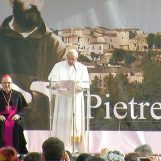 VIDEO-FOTO/ Papa Francesco sbarca a Pietrelcina: migliaia i fedeli ad attenderlo