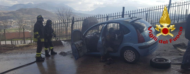 Auto in fiamme: salvi padre e figlio