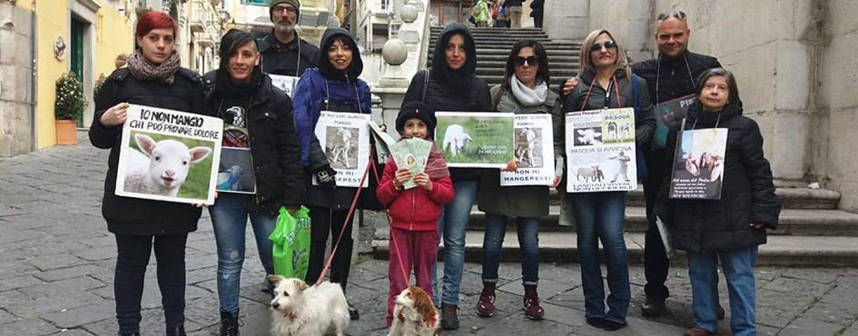 """""""No al massacro pasquale degli agnelli"""": volantinaggio a Salerno"""