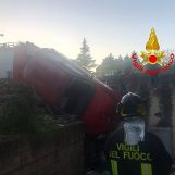 Si ribalta con l'auto e resta in bilico su un muro: trasportata in ospedale