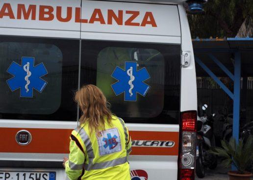 Sbanda e finisce con l'auto contro un cancello: 22enne in ospedale