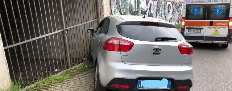 Sbatte contro un muro a via Zigarelli: rifiuta di effettuare l'alcol test