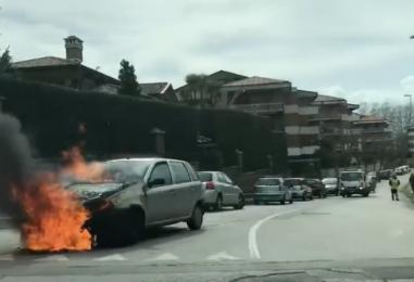 VIDEO-FOTO/ Auto in fiamme a via Annarumma: paura in città
