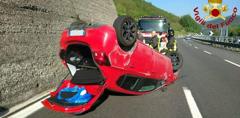 Incidente sull'A16, auto sbanda e si ribalta. Illesi padre e figlio