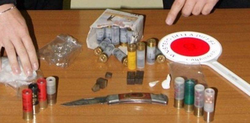 Nascondevano un coltello e della droga in auto: quattro denunce